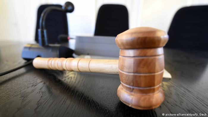 Молоток судьи и микрофон на столе