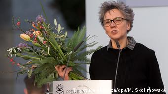 Esther Kinsky receiving the Leipzig Book Fair Prize in 2018 (picture-alliance/dpa/M. Skolimowska)