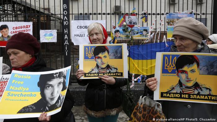 Women holds posters demanding Savchenko's release