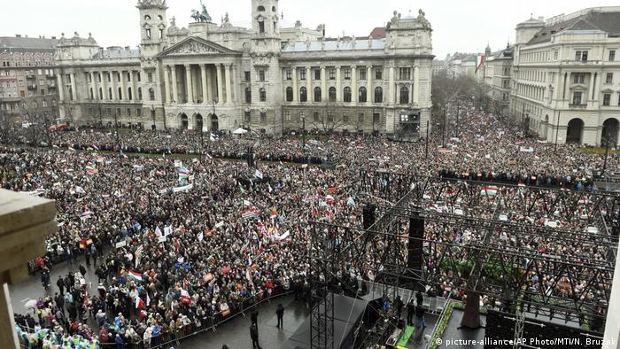 Ungarn Nationalfeiertag in Budapest | Demonstration pro-Orban (picture-alliance/AP Photo/MTI/N. Bruzak)