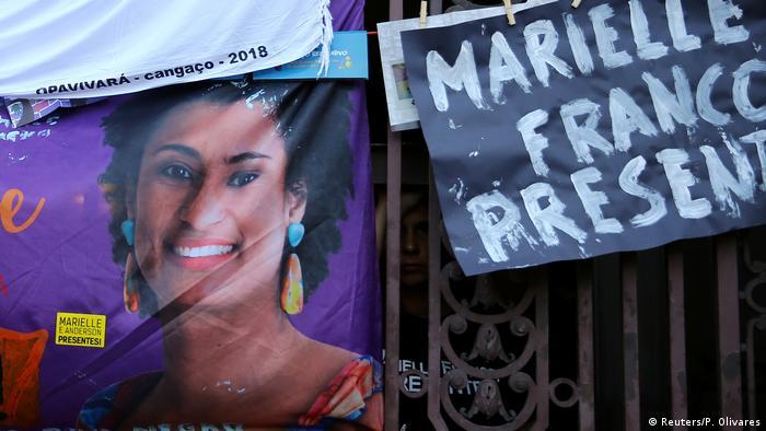 Cartazes com foto da vereadora Marielle Franco e palavras Marielle Franco presente