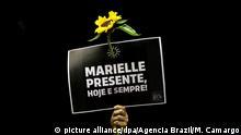 15.03.2018, Brasilien, Brasilia: «Marielle ist da. Heute und immer», steht auf dem Plakat bei einem Protest im Parlament nach der Ermordung der linken Politikerin Franco. Die aus einem Armenviertel Rios stammende Politikerin war eine der prominentesten Menschenrechtsaktivistinnen des Landes und saß für die linke Partei Sozialismus und Freiheit (PSOL) als Abgeordnete im Stadtparlament. Sie hatte die Polizei mehrerer Morde bezichtigt, zuletzt am Tag vor ihrer Ermordung. Foto: Marcelo Camargo/Agencia Brazil/dpa +++(c) dpa - Bildfunk+++ |