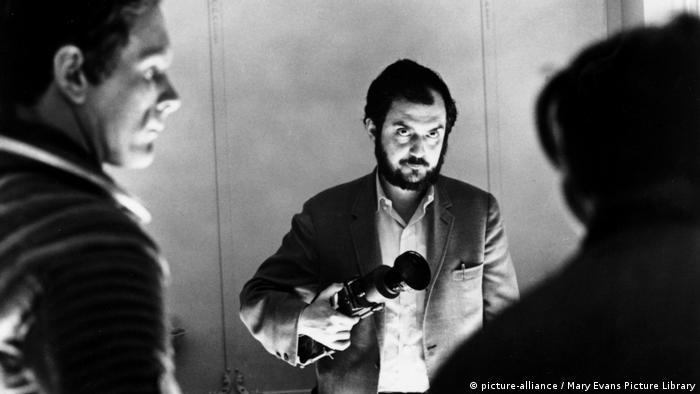 Director Stanley Kubrick filming 2001: A Space Odyssey (picture-alliance/Mary Evans Picture Library)