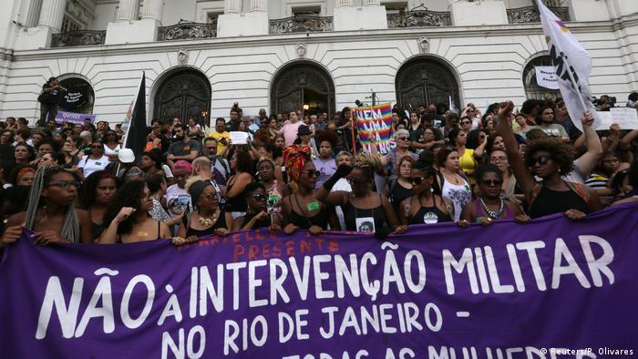 Manifestantes com faixa Não à intervenção militar no Rio de Janeiro