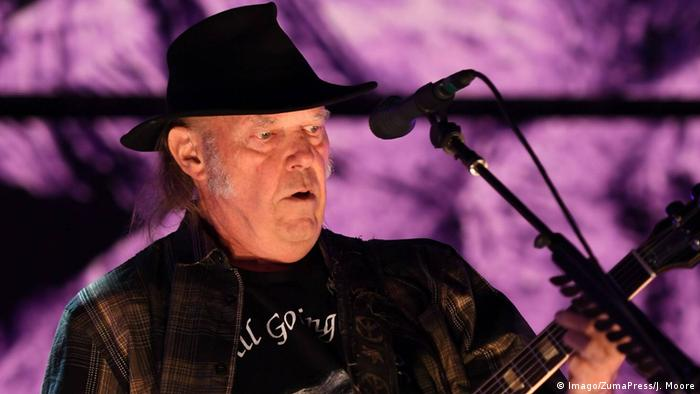 Neil Young performs (Imago/ZumaPress/J. Moore)