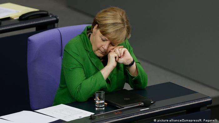 Deutschland schlafende Politiker Angela Merkel (picture-alliance/Zumapress/R. Paganelli)