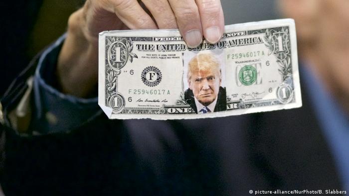 Novčanica dolara za nalijepljenom slikom Trumpa