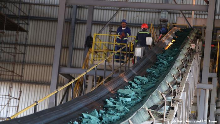 Un tapis roulant transporte des morceaux de cobalt brut après une première transformation dans une usine