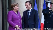 Merkel and Macron chat in front of the Elysee Palace (picture-alliance/dpa/Maxppp/C. Petit Tesson)