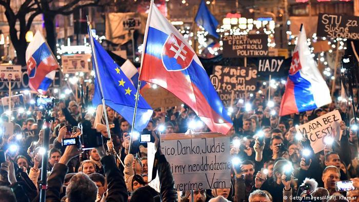 Bratislava Proteste: Demonstranten fordern trotz Regierungsumbildung Neuwahlen in der Slowakei (Getty Images/AFP/J. Klamar)
