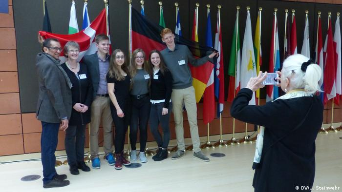 Photo being taken of the German and Danish delegations (EWSA) (DW/U. Steinwehr)