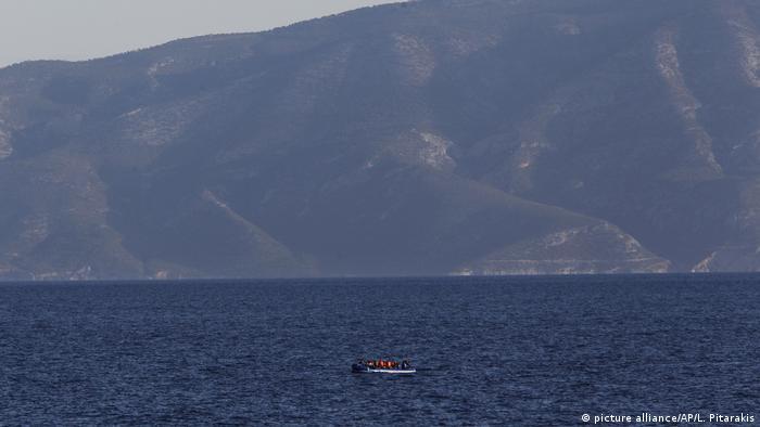 Судно з біженцями поблизу Греції в Егейському морі