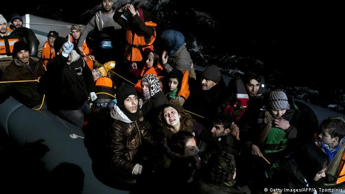 Griechenland Agathonisi Flüchtlinge in einem Dinghy werden von MOAS gerettet (Getty Images/AFP/A. Tzortzinis)