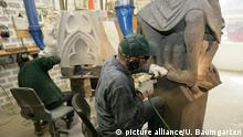 DEUTSCHLAND, KOELN, 12.04.2006 Dombauhütte des Kölner Dom: Steinmetz restauriert eine Steinskulptur. | Keine Weitergabe an Wiederverkäufer.
