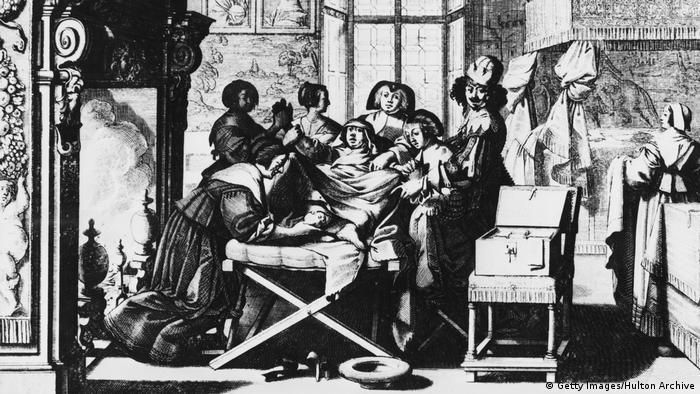 Kupferstich aus dem 17. Jahrhundert: Eine Hebamme hilft bei der Geburt eines Kindes (Getty Images/Hulton Archive)