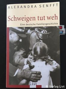 Αλεξάνδρα Σενφτ: «Η σιωπή πονάει», Βερολίνο 2007. Στο εξώφυλλο εικονίζεται ο Χίτλερ με τον παππού της Χανς Λούντιν και τη μητέρα της Έρικα