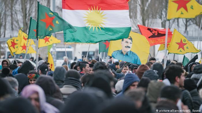Deutschland Tausende Kurden demonstrieren in Hannover gegen die Türkei (picture-alliance/dpa/O. Spata)