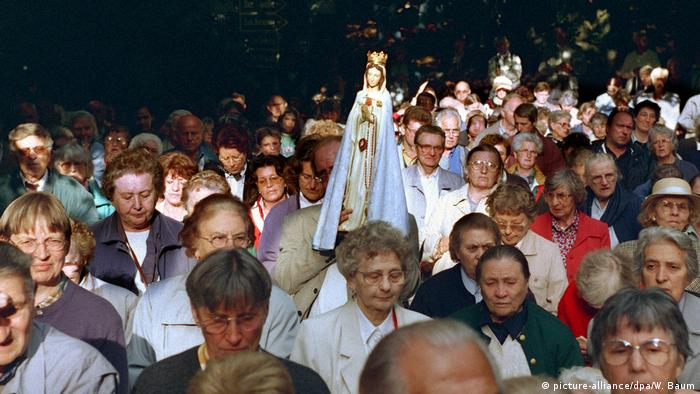 Pilgrims in Marpingen 1999 (picture-alliance/dpa/W. Baum)