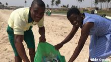 DW eco@africa - students cleaning up the beach in Ningo, Ghana (Hilde Opoku)