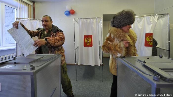 Präsidentenwahl in Russland Wahllokal (picture-alliance/AP/A. Petrov)