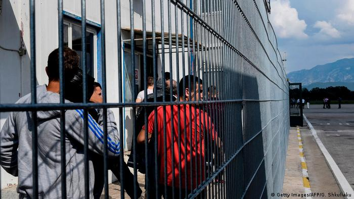 Албанцы, которым в ЕС отказали в убежище, прибыли в аэропорт Тираны