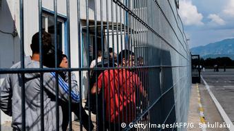 Albanien Flughafen Tirana Abgelehnte Asylbewerber (Getty Images/AFP/G. Shkullaku)