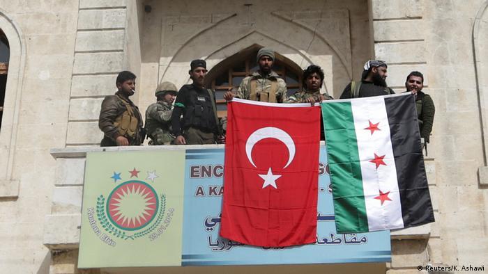 Militares turcos posam com sua bandeira nacional em Afrin