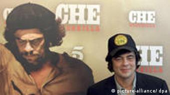 Bnicio del Toro vor großem Che-Plakat bei Premiere in Spanien (Alberto Estevez dpa)