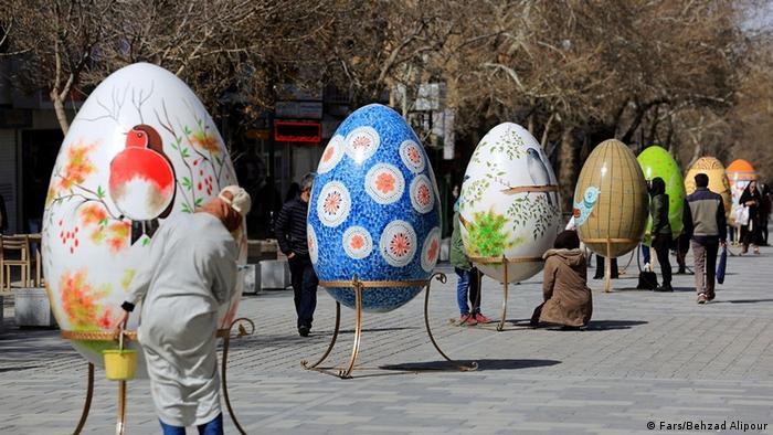 همزمان با روزهای پایانی اسفند در شماری از شهرهای ایران جشنواره رنگآمیز تخممرغهای تزیینی به راه افتاده است. تصویر متعلق به جشنواره پیادهراه بوعلی در شهر همدان است.
