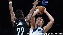 USA Brooklyn Nets - Dallas Mavericks Dirk Nowitzki (picture alliance/dpa/AP/A. Kudacki)