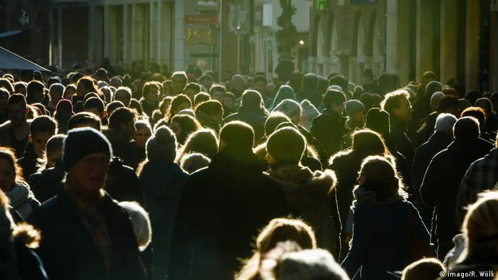 Masses of people on a shopping street in Germany (imago/R. Wölk)