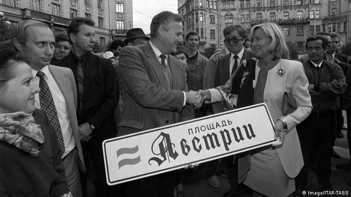 Putin stands with former St.Petersburg mayor Anatoly Sobchak