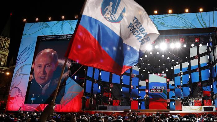 Владимир Путин выступает перед своими сторонниками после победы на выборах