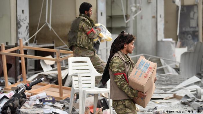 Syrien Afrin Arabis   che Milizen Plünderungen (Getty Images/AFP/B. Kilic)