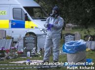 Полицейский в защитном костюме собирает образцы в рамках расследования по делу об отравлении Скрипаля