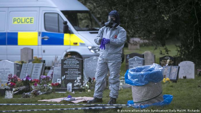 Police officer in protective clothing (picture-alliance/Solo Syndication/ Daily Mail/M. Richards)