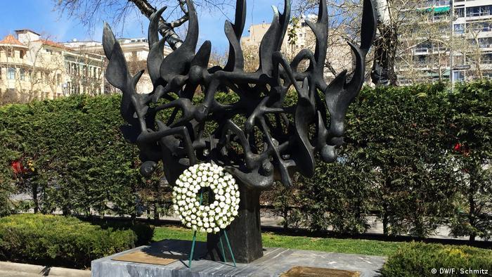 Holocaust-Mahnmal in Thessaloniki Seit 1997 erinnert ein Denkmal im Zentrum Salonikis an die ermordeten Juden der Stadt. Nach den Deportationen nach Auschwitz-Birkenau, die 1943 innerhalb weniger Monate erfolgten, kehrten nur noch wenige Hundert überlebende Angehörige der einst größten jüdischen Gemeinde Griechenlands zurück.