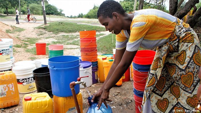 Menschen holen Wasser mit Eimern, weil es bei ihnen zuhause kein fließendes Wasser gibt