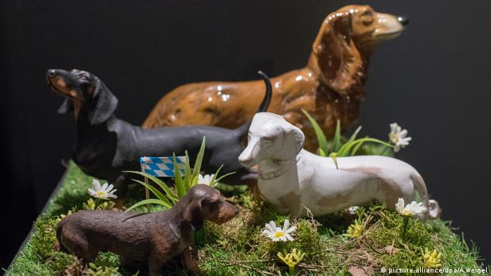 Dachshund statues stand on a little piece of grass (picture-alliance/dpa/A.Weigel)