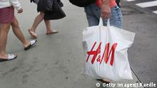 A man carries an H&M bag (Getty Images/J.Raedle)