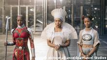 BLACK PANTHER, from left: Florence Kasumba, Angela Bassett, Letitia Wright, 2018. © Marvel / © Walt Disney Studios Motion Pictures /Courtesy Everett Collection   Keine Weitergabe an Wiederverkäufer.