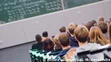 Erstsemester-Studenten sitzen am 17.10.2016 bei einer Begrüßungsveranstaltung im Audimax der Leibniz Universität Hannover (Niedersachsen). Die Universitäten in Niedersachsen erwarten im Wintersemester 2016/2017 mehr Studenten als im vergangenen Jahr. In Hannover studieren knapp 28.000 Studenten, insgesamt sind es landesweit ca. 200.000 Studenten. Foto: Julian Stratenschulte/dpa (zu dpa «Mehr Studenten an niedersächsischen Universitäten» vom 17.10.2016) | Verwendung weltweit