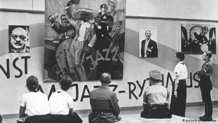 На выставке Дегенеративная музыка. 1938 г.