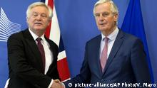 Belgien Europa Brexit Michel Barnier David Davis (picture-alliance/AP Photo/V. Mayo)