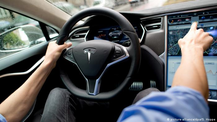 Tesla Fahrassistent (picture-alliance/dpa/S. Hoppe)