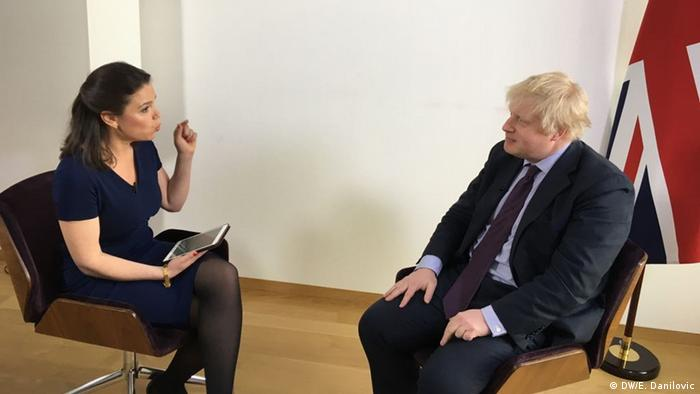 Zhanna Nemtsova speaks with Boris Johnson (DW/E. Danilovic)