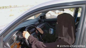 Женщина в никабе за рулем авто в Саудовской Аравии