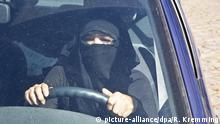 Woman driving with full face veil (picture-alliance/dpa/R. Kremming)