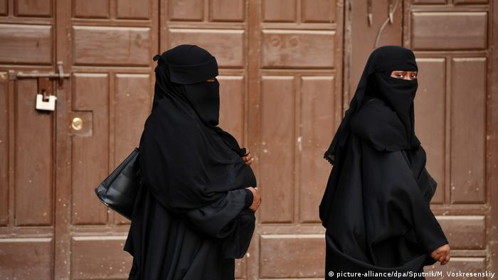 Women walk on the streets of Jeddah, Saudi Arabia (picture-alliance/dpa/Sputnik/M. Voskresenskiy)