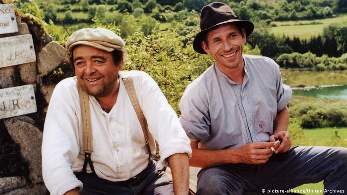 Film still shows two men in a farming field (picture-alliance/United Archives)